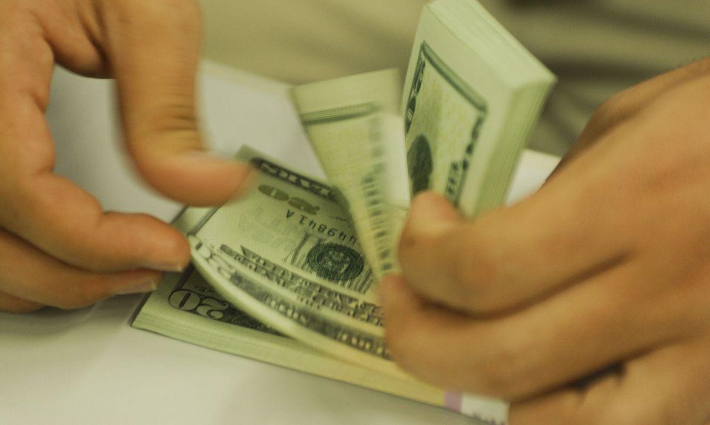 Depois de forte queda, dólar volta a subir e fecha em R$ 5,76